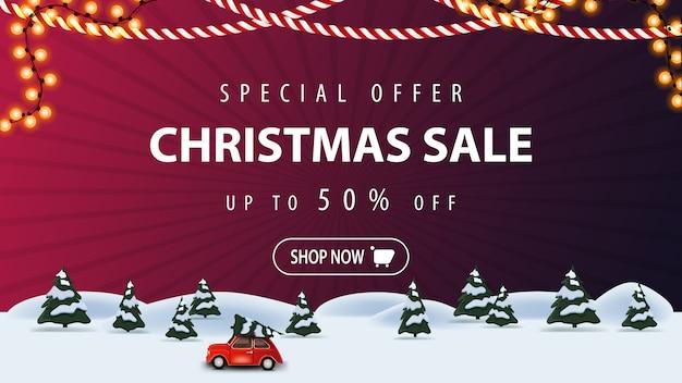 Offerta speciale, saldi natalizi, fino al 50% di sconto, banner sconto viola con paesaggio invernale cartoon con auto d'epoca rossa che trasporta l'albero di natale