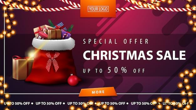 Offerta speciale, saldi natalizi, fino al 50% di sconto, banner viola orizzontale con bottone, ghirlanda con cornice e borsa babbo natale con regali