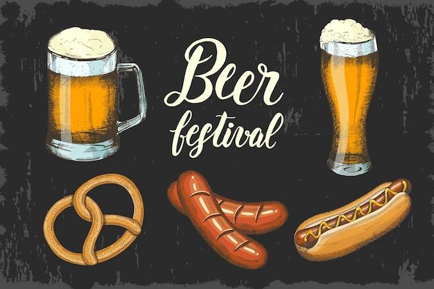 Oktoberfest set con birra disegnata a mano, pretzel, salsiccia e hot dog. lettering fatto a mano schizzo.