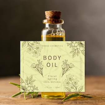 Olio per il corpo in una piccola bottiglia di vetro ad