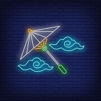Ombrello giapponese con l'insegna al neon delle nuvole