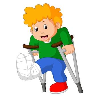 Ometto con una gamba rotta
