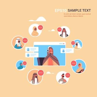 Operatore arabo con auricolare in chat con i clienti arabi agente del call center nella finestra del browser web servizio di assistenza clienti copia spazio