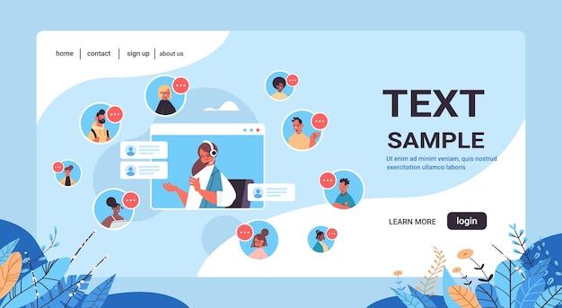Operatore femminile con auricolare in chat con mix race client agente del call center nella finestra del browser web servizio di assistenza clienti copia spazio orizzontale