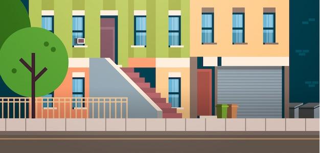 Orizzontale piano del bene immobile degli alberi di verde della via di estate di vista della facciata delle case della costruzione della città