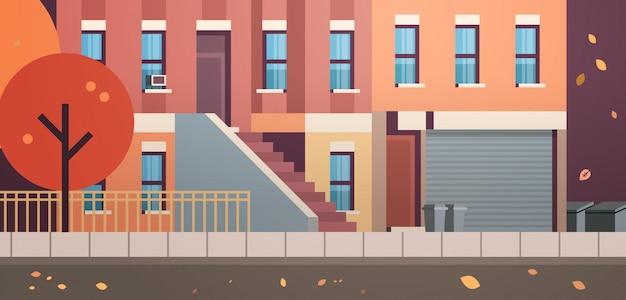 Orizzontale piano del bene immobile di caduta delle foglie di via di autunno di vista della facciata delle case della costruzione della città