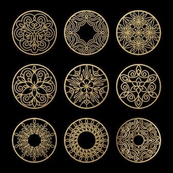 Oro astratto dei cerchi dell'annata su un insieme nero del fondo.
