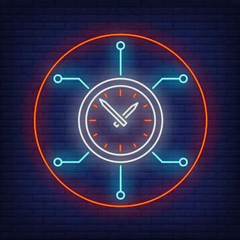 Orologio con insegna al neon del circuito