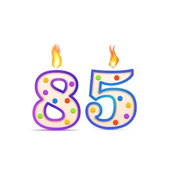 Ottantacinquesimo anniversario, candela di compleanno a forma di numero 85 con fuoco su bianco