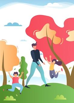Padre che cammina nel parco o foresta con bambini felici