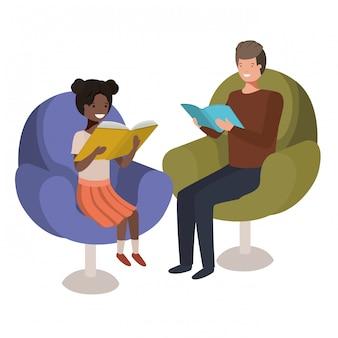Padre e figlia che si siedono sul sofà con il carattere dell'avatar del libro