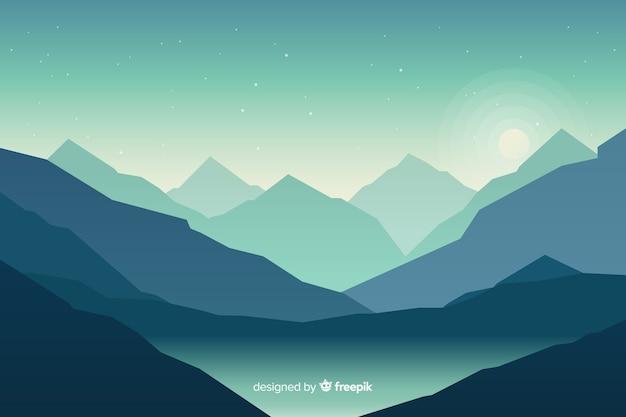 Paesaggio blu delle montagne con il lago