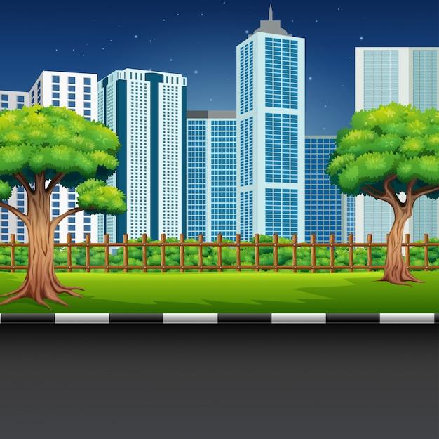 Paesaggio del parco della città con la strada e il paesaggio urbano