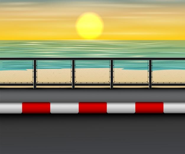 Paesaggio della strada sulla spiaggia nel tramonto