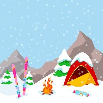 Paesaggio di montagne del campo invernale con tenda, camino e attrezzatura da sci. sfondo