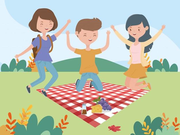 Paesaggio di picnic del prato della coperta del formaggio dell'uva dell'uomo e delle donne