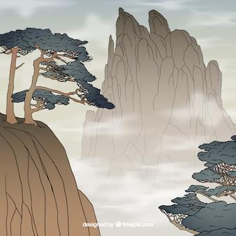 Paesaggio di rocce in una giornata nebbiosa