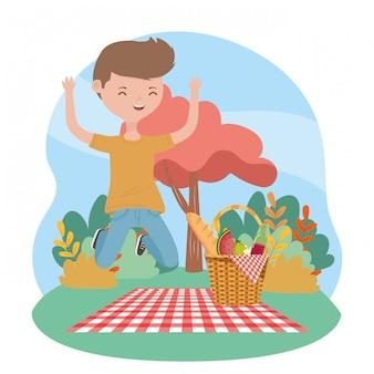 Paesaggio di salto della natura di picnic dell'alimento del canestro del giovane