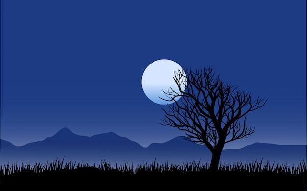 Paesaggio notturno dell'albero morto con la luna