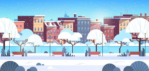 Paesaggio urbano della costruzione di casa della via della lampada della luce del banco di legno del parco di inverno della città