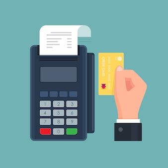Pagamento tramite terminale pos con carta di credito. mano che tiene la carta. .