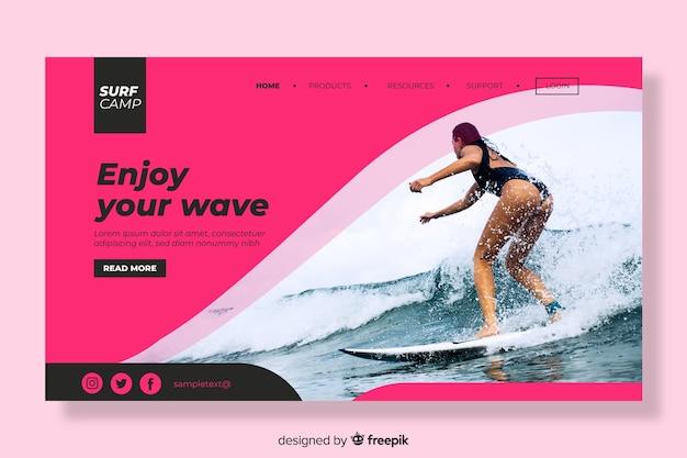 Pagina di destinazione con surf donna