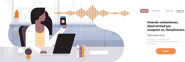Pagina di destinazione o modello web con illustrazione, smartphone con riconoscimento vocale dell'assistente personale, tema di tecnologia avanzata
