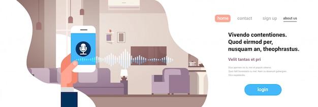 Pagina di destinazione o modello web con riconoscimento telefonico dell'assistente personale vocale intelligente app mano che regge