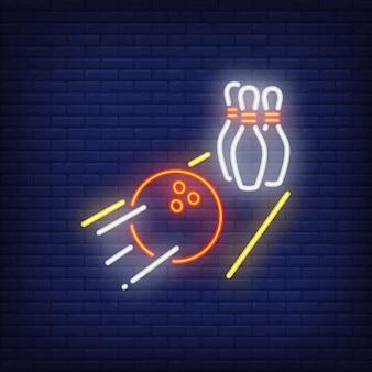 Palla da bowling che rotola sul segno al neon del vicolo