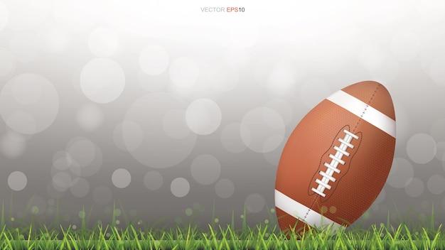 Palla di football americano o palla da rugby sul campo di erba.