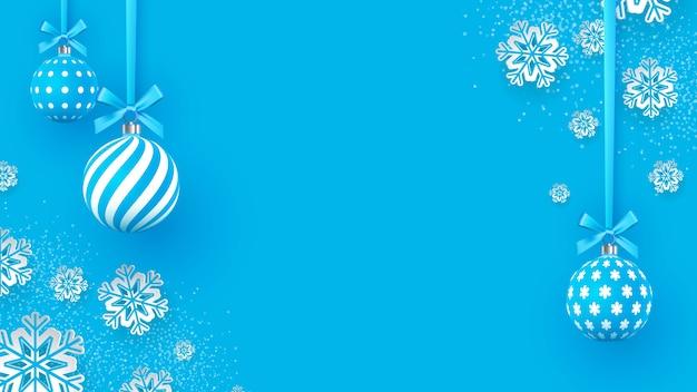 Palline di natale delicatamente blu con motivi geometrici e fiocchi di neve