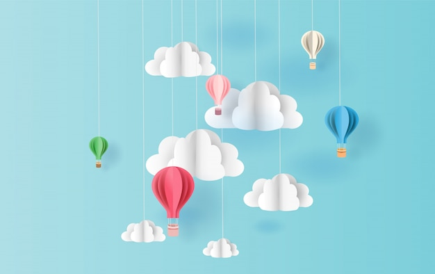 Palloncini colorati sullo sfondo del cielo galleggiante