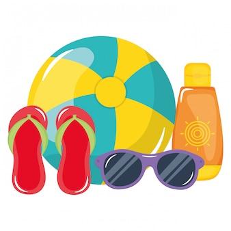 Pallone da spiaggia con sandali e blocco solare