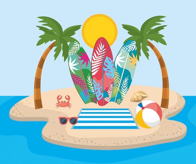 Palme con tavole da surf e occhiali da sole con pallone da spiaggia