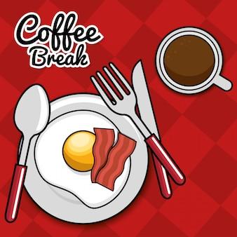 Pancetta all'uovo fritta pausa caffè con coltello forchetta cucchiaio