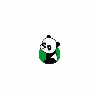Panda sveglio che si siede e icona del fumetto sorridente