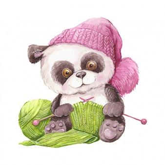 Panda sveglio del fumetto dell'acquerello in un cappello lavorato a maglia con un gomitolo di lana e maglieria.
