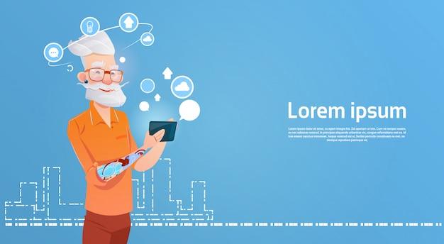 Pantaloni a vita bassa dell'uomo senior facendo uso dello smart phone delle cellule che chiacchiera online
