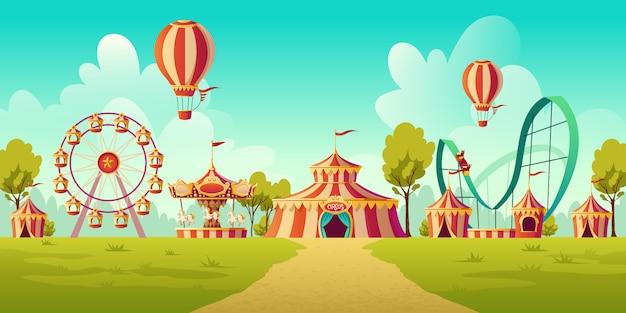 Parco divertimenti con tendone da circo e giostra