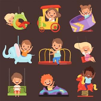 Parco divertimenti per bambini. giocare a ragazzi e ragazze bambini felici e divertenti in attrazioni cavalcare gli amici dei cartoni animati