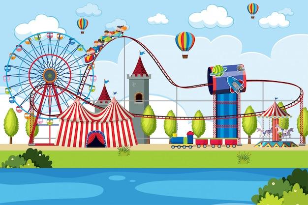Parco divertimenti scena molte giostre