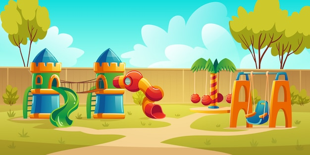 Parco giochi per bambini nel parco estivo con giostra