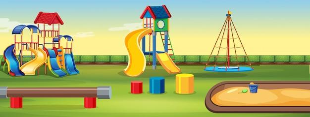 Parco giochi vuoto con attrezzature