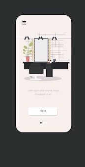Parrucchiere moderno con lo specchio della sedia e il verticale mobile di app dello schermo di smartphone di concetto del salone di bellezza della mobilia