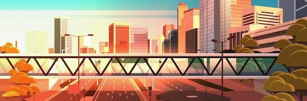 Passerella sopra strada asfaltata autostrada con segnaletica frecce segnali stradali