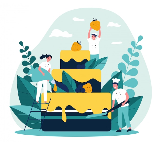 Pasticceri che cucinano grande torta di compleanno