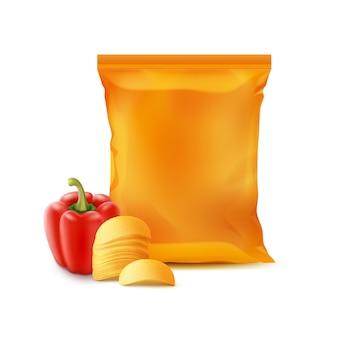 Patatine fritte con paprika e sacchetto di stagnola isolato