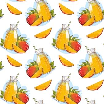 Pattern con succo di mango in una bottiglia di vetro con una cannuccia e frutti di mango