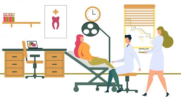 Paziente femminile che si siede nella sedia del dentista con la lampada