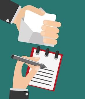 Persona che scrive lettera e mano che tiene l'immagine busta